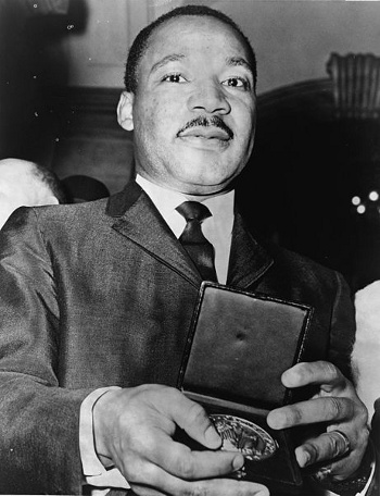 Martin Luther King Jr. con medallón de honor
