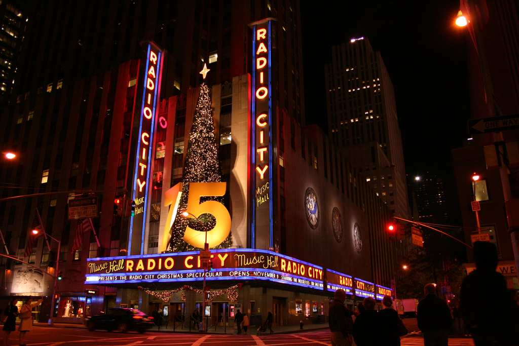 The Radio City Music Hall is one of the best auditoriums for live music in NYC. Photo by Giovanni Volpato via Flickr: https://www.flickr.com/photos/strato56/2165747293/in/photolist-4io2dz-5oAoXE-epe3dt-ikmJ4f-frbuiv-2pm8Wm-91PpNC-6hhxn7-7tapob-4p46zt-ayVr9S-9B4PmM-6Yhh7u-4fNB36-4fNB6B-4fSB49-4fNBuH-5YNTF1-5YNSQC-6DW6MF-ayVri5-e9Afmk-e9FVbh-822faq-fr92a8-axC4Me-SCtRF-cmiF3A-zWMdaJ-bFK3fc-5EAt7u-723m9p-6W8R4k-7VV5wH-64eJ7F-6yEAhs-6rQjdi-aR4LQr-7eX3WS-GsQG9-64aiJP-649Zqk-7VCVkN-64ed5C-iF9gNn-64dDRy-dFMpsu-9CRuPD-3aNCFB-5kX4bR